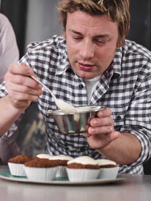 Jamie bestreicht die Muffins