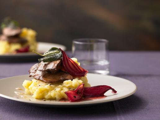 Salbei-Entenleber mit Kartoffel-Apfel-Sampf und Zwiebel-Relish