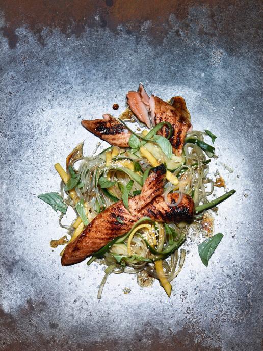Asiatisch marinierter Bauch vom Lachs auf Glasnudelsalat mit Mango
